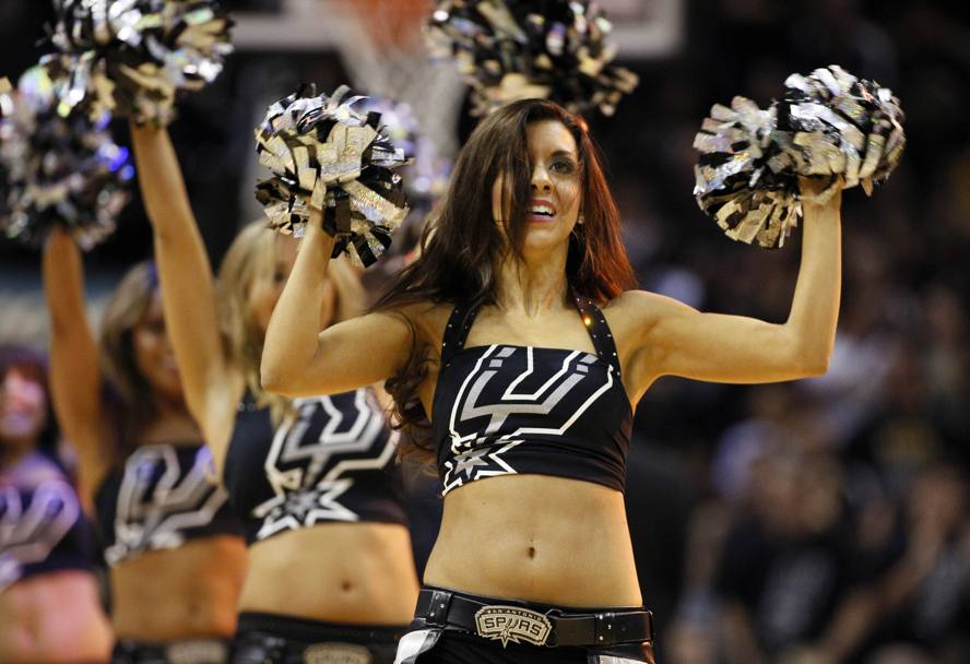 Le San Antonio Spurs Sliver Dancer. Reuters
