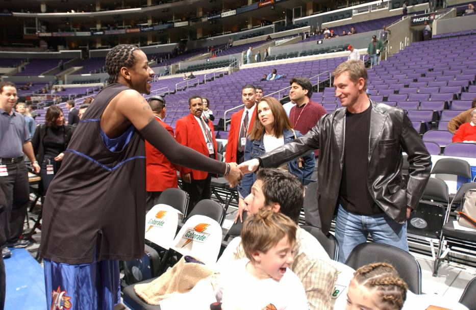 Iverson e Wayne Gretzky, leggenda dell'hockey NHL (Nba/Getty Images)