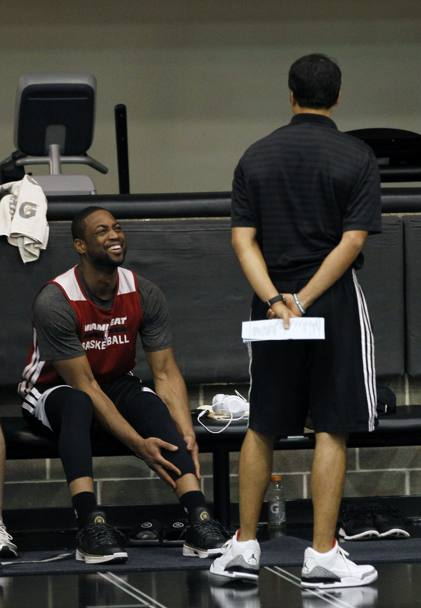 Dwyane Wade a colloquio con coach Spoelstra. E anche lui ride... Action Images