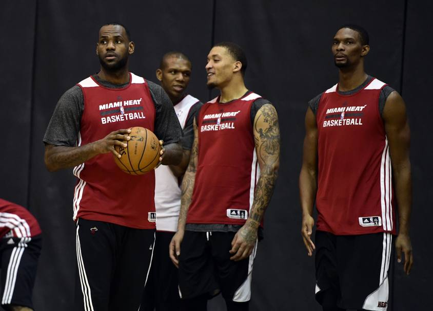 Michael Beasley ride ancora, stavolta mentre parla con LeBron James. Reuters