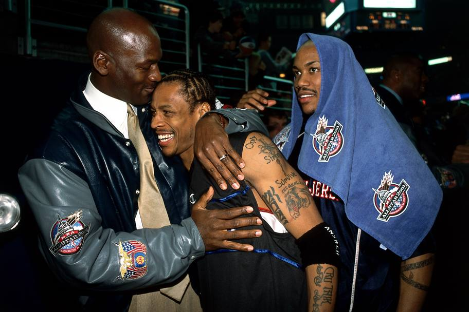 L'abbraccio con Michael Jordan e Stephon Marbury all'All Star weekend del 2001 a Washington (Nba/Getty Images)