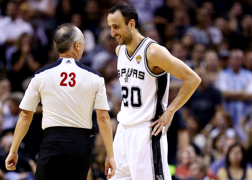 Manu Ginobili #20 parla all'arbitro Jason Phillips #23 (Afp)