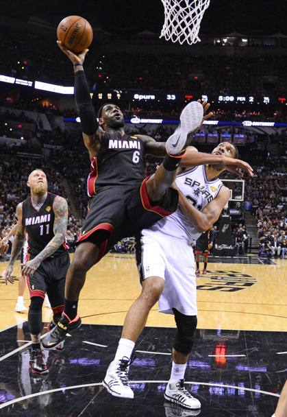 LeBron James #6 e Tim Duncan #21 (Epa)