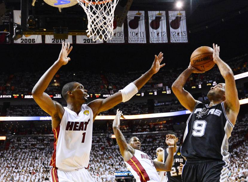 Tony Parker #9 e Chris Bosh #1 (Epa)