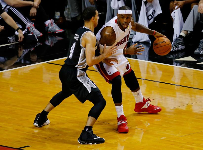 Danny Green #4 in difesa su LeBron James (Afp)