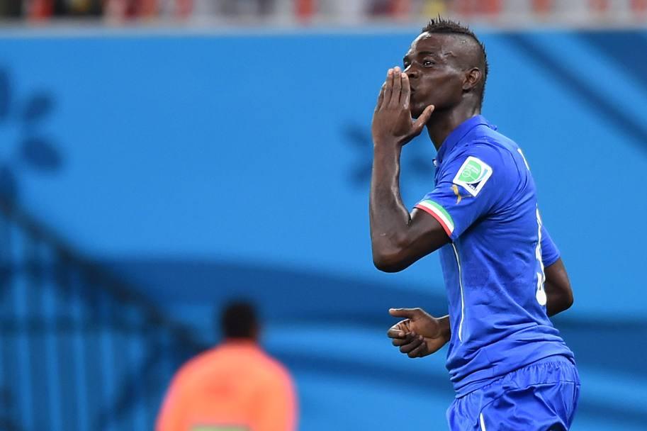 Inghilterra-Italia 1-2 è tutta nel bacio verso la tribuna rivolto da Mario Balotelli alla sua fidanzata Fanny Neguesha dopo il gol che ha deciso la partita. LaPresse