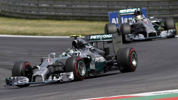 Rosberg davanti a Hamilton. Reuters
