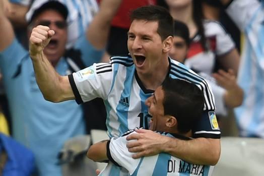 Leo Messi festeggia nel modo migliore, seppur con un giorno di ritardo, il suo 27° compleanno: la stella del Barça ha realizzato una doppietta in Argentina-Nigeria arrivando a quota 4 gol e diventando capocannoniere del Mondiale con Neymar. Finora ha segnato in tutte le partita del torneo: aveva già punito Bosnia e Iran. Afp