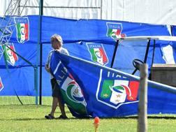 Un operaio al lavoro per smantellare i cartelloni dell'Italia, al ritiro di Mangaratiba. Ansa