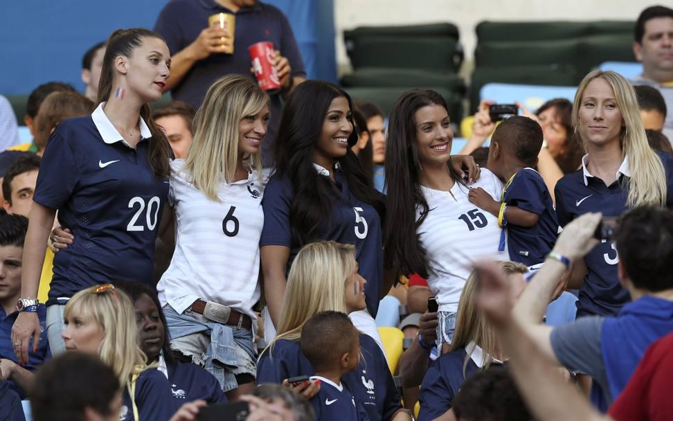 Voilà le femmes in blu. Da sinistra, la moglie di Loic Remy, Fiona Cabaye, la signora Sakho, madame Sagna e Patrica Evra all'Estadio Maracana di Rio de Janeiro. LaPresse