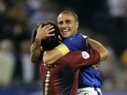 L'abbraccio tra Buffon e Cannavaro durante i Mondiali del 2006. Epa