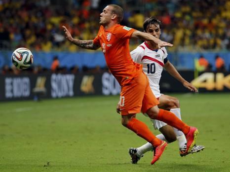 Duello tra numeri 10: Sneijder e Ruiz. Reuters