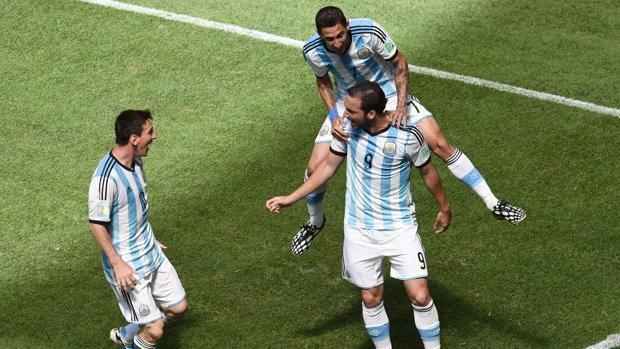 Gonzalo Higuain festeggiato dai compagni. Ap