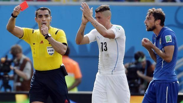 Marco Rodriguez Moreno mostra il rosso a Claudio Marchisio tra gli applausi di Jose Gimenez. Reuters