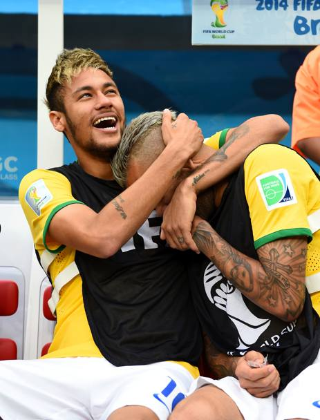 Neymar scherza con Dani Alves. Getty
