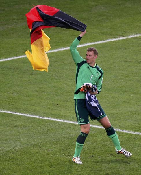 Neuer con la bandiera della Germania. Action Images