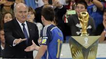 Sepp Blatter stringe la mano a Leo Messi. LaPresse