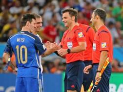 Stretta di mano tra Leo Messi e Nicola Rizzoli. Epa