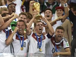 Il momento in cui Philipp Lahm solleva la Coppa del Mondo. Ap