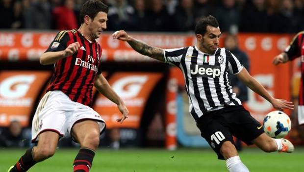 Tevez contro Bonera in Milan-Juve della passata stagione. Forte