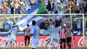 La gioia di Luis Alberto e di tutto il Malaga dopo la rete dell'1-0. Afp