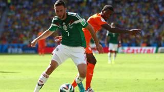 Il messicano Miguel Layun contro Wijnaldum (Getty Images)