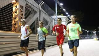 Fernando Alonso e Pedro Della Rosa corrono sul circuito di Singapore.