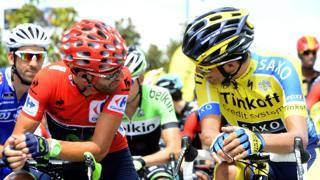 Valverde parla con Contador al via. AFP