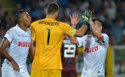 Handanovic festeggiato dai compagni dopo il rigore parato. Afp