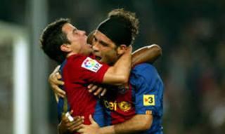 L'abbraccio tra Saviola e Rafa Marquez: compagni al Barcellona, si ritroveranno a Verona