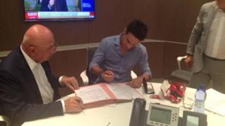 Giacomo Bonaventura firma davanti ad Adriano Galliani. Twitter
