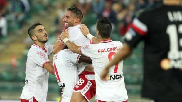 I compagni abbracciano Del Prete dopo il gol del 2-0. LaPresse