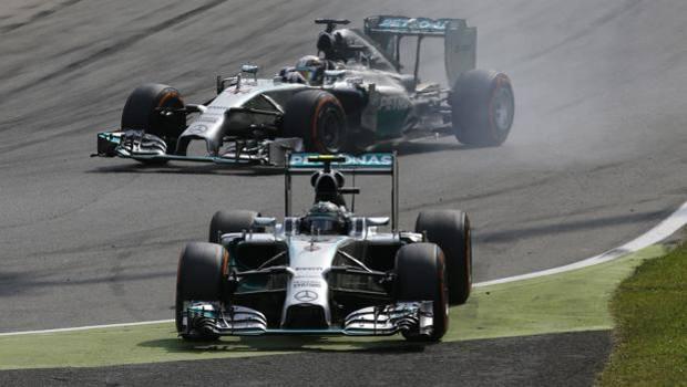 Rosberg sbaglia alla prima variante e Hamilton ne approfitta per andare a vincere. Ap