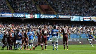 La punizione vincente di Manolo Gabbiadini: � il primo gol su calcio piazzato della A 2014-15. Lapresse