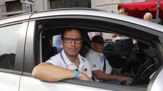 Il c.t. azzurro Davide Cassani in ammiraglia al via della 96a Coppa Bernocchi. Bettini