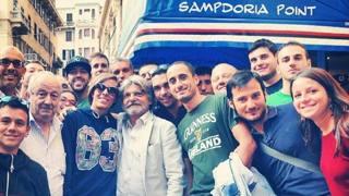 Il presidente Massimo Ferrero, posta con i tifosi davanti al Sampdoria Point. Twitter Samp