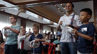 A Singapore Massa ha sfidato ai  videogame agguerriti rivali. Reuters