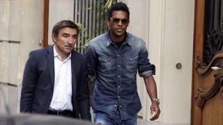 Brandao (a destra) si avvia al processo con il suo legale. Ap