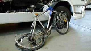 La bici di un 45enne investito e ucciso mentre andava al lavoro. Fotogramma