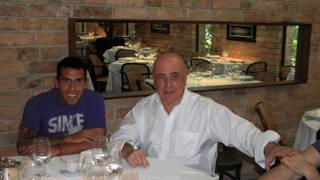 La celebre foto che immortala Tevez e Galliani  a pranzo insieme nel gennaio del 2012