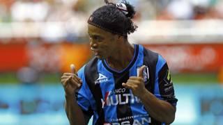 Ronaldinho fa festa dopo il gol al Chivas. Reuters