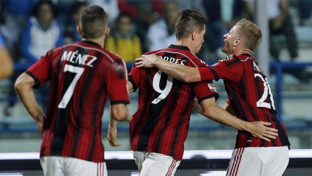 Fernando Torres festeggiato dopo il primo gol in serie A. Reuters