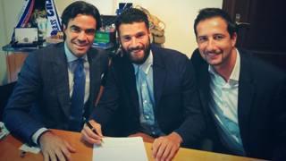 Antonio Candreva, 27 anni, durante la firma del nuovo accordo con la Lazio. Twitter