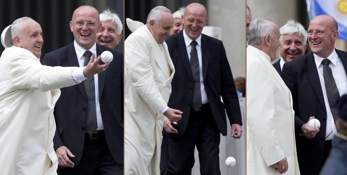 Papa Francesco alle prese con una pallina da baseball lanciatagli in Piazza San Pietro al termine dell'udienza generale del mercoledì (Ansa)