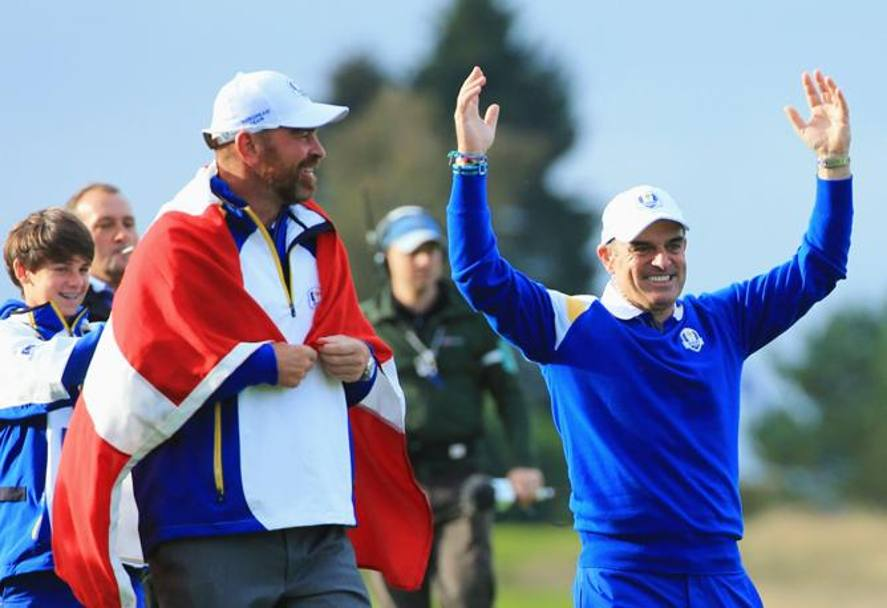 Il capitano dell'Europa Paul McGinley esulta con o Thomas Bjorn as Europe won the Ryder Cup on the 15th hole