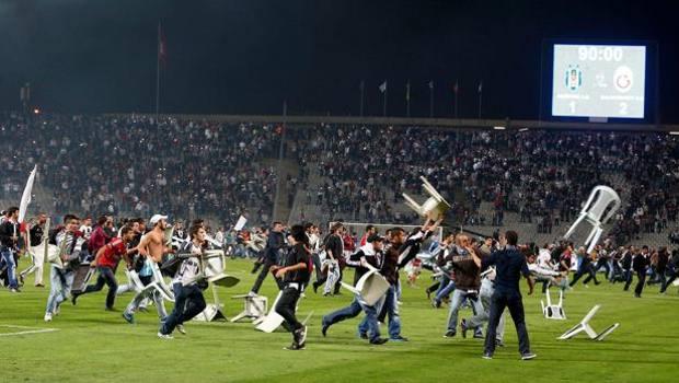 L'invasione di campo del 22 settembre 2013 durante Besiktas-Galatasaray. Epa