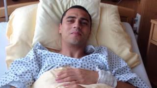 Romulo, 27 anni, sul letto d'ospedale dopo l'operazione all'ernia da sport bilaterale