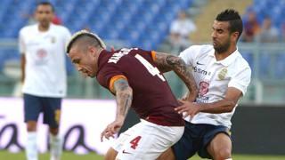 Il centrocampista Mounir Obbadi, 31 anni, in un contrasto con Radja Nainggolan, 26, durante Roma-Verona. Ansa
