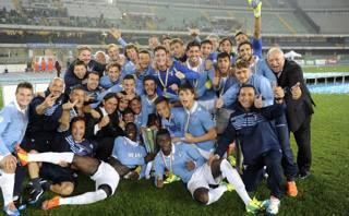 La Primavera della Lazio festeggia la Supercoppa. LaPresse