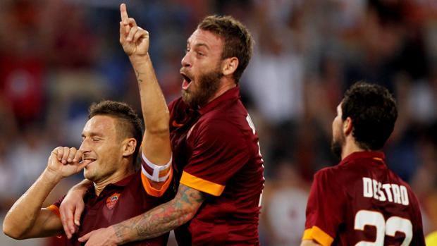 De Rossi e Destro festeggiano Totti dopo il suo gol. Getty Images